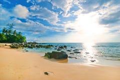 Τοπίο χαλάρωσης φωτός της ημέρας ήλιων άμμου μπλε ουρανού παραλιών θάλασσας Στοκ φωτογραφίες με δικαίωμα ελεύθερης χρήσης