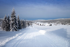 Τοπίο χειμερινών βουνών με τα διαγώνια να κάνει σκι χωρών ίχνη Στοκ Εικόνα