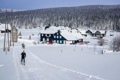 Τοπίο χειμερινών βουνών με τα διαγώνια να κάνει σκι χωρών ίχνη Στοκ Φωτογραφίες