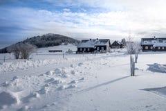 Τοπίο χειμερινών βουνών με τα διαγώνια να κάνει σκι χωρών ίχνη Στοκ Φωτογραφία