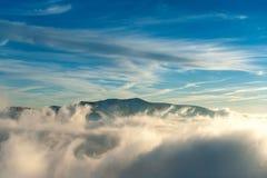 Τοπίο χειμερινών βουνών με την ομίχλη Στοκ Εικόνες