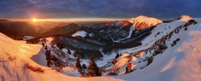 Τοπίο χειμερινών βουνών στην ανατολή, πανόραμα Στοκ Φωτογραφίες