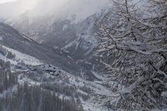 Τοπίο χειμερινών βουνών στις Άλπεις στοκ εικόνες