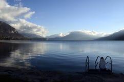 Τοπίο χιονιού, λίμνη του Annecy το χειμώνα, κραμπολάχανο στοκ εικόνες με δικαίωμα ελεύθερης χρήσης