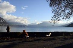 Τοπίο χιονιού, λίμνη του Annecy το χειμώνα, κραμπολάχανο στοκ εικόνες