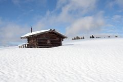 Τοπίο χιονιού του νότιου Tirol και ξύλινη καμπίνα Στοκ Εικόνα