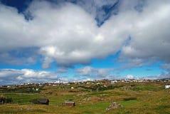 Τοπίο χώρας με τις αγροικίες κάτω από το νεφελώδη ουρανό σε Torshavn, Δανία Όμορφη άποψη τοπίων Λοφώδης έκταση με στοκ εικόνες