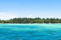 τοπίο ωκεάνειο μπλε νερό aqua με το τροπικό υπόβαθρο νησιών Στοκ Φωτογραφία