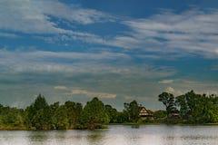 Τοπίο, όμορφο καλοκαίρι Ένα χωριό στις όχθεις ενός ευρύ ποταμού, όμορφες, σωρείτης καλύπτει σε έναν μπλε ουρανό μια θερινή ημέρα στοκ φωτογραφία με δικαίωμα ελεύθερης χρήσης