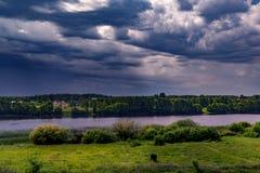 Τοπίο, όμορφο καλοκαίρι Ένα χωριό στις όχθεις ενός ευρύ ποταμού, όμορφες, σωρείτης καλύπτει σε έναν μπλε ουρανό μια θερινή ημέρα στοκ εικόνες