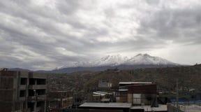 Τοπίο Arequipa με τη χιονισμένη αιχμή του ηφαιστείου Chachani Στοκ φωτογραφία με δικαίωμα ελεύθερης χρήσης