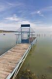 Τοπίο Balaton λιμνών με την κλειστή μακριά αποβάθρα για τις βάρκες, Ουγγαρία Στοκ Φωτογραφίες