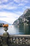 Τοπίο Garda με το δοχείο λουλουδιών Στοκ Εικόνα