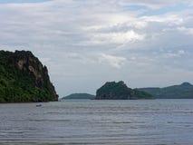 Τοπίο Khao Lom Muak, AO Manao, Prachuap Khiri Khan με την παραλία, τη θάλασσα, το βουνό, τον ουρανό, και το νησί, Ταϊλάνδη Στοκ Φωτογραφίες