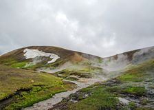 Τοπίο Landmannalaugar: συναρπαστική γεωλογική κατάπληξη, μια γεωθερμική όαση στο Χάιλαντς της Ισλανδίας, που περιβάλλεται από ζωη στοκ εικόνες με δικαίωμα ελεύθερης χρήσης