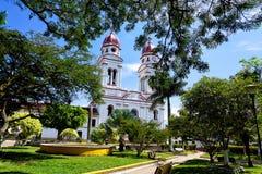 Τοπίο Nuestra Senora της εκκλησίας και του πάρκου Mongui σε Charala, Κολομβία στοκ εικόνες