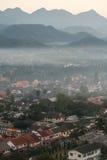Τοπίο Prabang Luang με την ομίχλη από το Si Phu σε Luang Prabang, Λάος Στοκ φωτογραφίες με δικαίωμα ελεύθερης χρήσης