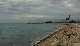Τοπίο Tarragona του λιμανιού, του εργοστασίου άνθρακα και του φάρου στοκ εικόνα