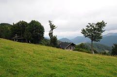 Τοπίο Tatra βουνών με τα πράσινα δασικά, μπλε σύννεφα και το λιβάδι Στοκ φωτογραφία με δικαίωμα ελεύθερης χρήσης