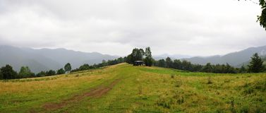 Τοπίο Tatra βουνών με τα πράσινα δασικά, μπλε σύννεφα και το λιβάδι Στοκ Εικόνες