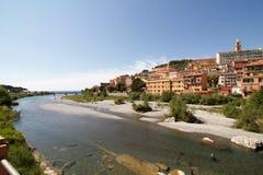 Τοπίο Ventimiglia με τα όμορφα ζωηρόχρωμα σπίτια στο springti Στοκ Εικόνες