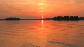 Τοπίων όμορφος χρυσός ποταμός ουρανού ηλιοβασιλέματος κόκκινος Τα σύνολα ήλιων πίσω από τον ορίζοντα Σιωπή και ηρεμία φιλμ μικρού μήκους