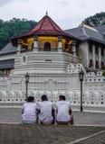 Τοπικά άτομα που κάθονται στον ιερό ναό λειψάνων δοντιών στοκ εικόνα με δικαίωμα ελεύθερης χρήσης