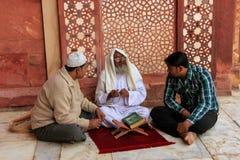 Τοπικά άτομα που κάθονται στο προαύλιο Jama Masjid σε Fatehpur Sikri, Ουτάρ Πραντές, Ινδία Στοκ φωτογραφία με δικαίωμα ελεύθερης χρήσης