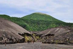 Τοπικά παιδιά που ερευνούν την περιοχή κοντά στο ηφαίστειο Tavurvur, Ραμπούλ, Παπούα νέο Giunea Στοκ Φωτογραφίες