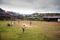 Τοπικά παιδιά που παίζουν το ποδόσφαιρο στο κράτος πηγουνιών, το Μιανμάρ Στοκ φωτογραφία με δικαίωμα ελεύθερης χρήσης