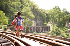 Τοπικά παιδιά που περπατούν στο σιδηρόδρομο σε Kanchanaburi Στοκ εικόνα με δικαίωμα ελεύθερης χρήσης