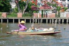 Τοπικά πωλώντας αγαθά προμηθευτών στα κανάλια της Μπανγκόκ στην Ταϊλάνδη Στοκ Εικόνες