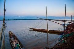 Τοπικές βάρκες longtail στον ποταμό Kong, Ταϊλάνδη στοκ εικόνες