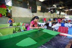 Τοπικές γυναίκες Sri Lankan που χρωματίζουν το κλωστοϋφαντουργικό προϊόν μπατίκ, Σρι Λάνκα - 10 Φεβρουαρίου 2017 Στοκ Εικόνες