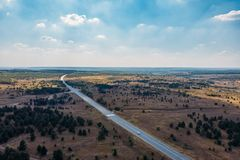 Τοπική άποψη των τομέων και του δρόμου εθνικών οδών ασφάλτου, του πανοραμικού τοπίου φύσης στην επαρχία ή του καλλιεργήσιμου εδάφ στοκ εικόνες με δικαίωμα ελεύθερης χρήσης