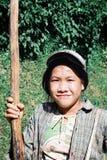 τοπική γυναίκα αγροτών στον τρόπο πίσω από τους τομείς με ένα μεγάλο ραβδί για να βοηθήσει τον περίπατό της στοκ φωτογραφίες με δικαίωμα ελεύθερης χρήσης