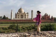Τοπική γυναίκα που απολαμβάνει την καταπληκτική θέα Taj Mahal, Agra, Ινδία στοκ φωτογραφία