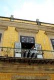 Τοπική γυναίκα σε ένα μπαλκόνι της Αβάνας Στοκ φωτογραφία με δικαίωμα ελεύθερης χρήσης