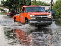 Τοπική πλημμύρα - όργωμα φορτηγών μέσω του νερού Στοκ εικόνα με δικαίωμα ελεύθερης χρήσης