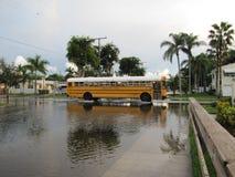 Τοπική πλημμύρα - Schoolbus οργώνει μπροστά Στοκ φωτογραφία με δικαίωμα ελεύθερης χρήσης