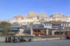 Τοπικοί άνθρωποι μπροστά από το ναό Songzanlin, μοναστήρι Ganden Sumtseling, ένα θιβετιανό βουδιστικό μοναστήρι στην πόλη Shang Z Στοκ Εικόνα