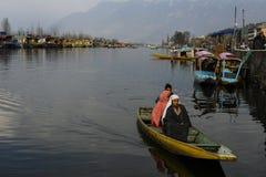 Τοπικοί άνθρωποι που διασχίζουν τη λίμνη που χρησιμοποιεί μια βάρκα στη λίμνη Κασμίρ Ινδία DAL κατά τη διάρκεια του wiinter στοκ φωτογραφίες με δικαίωμα ελεύθερης χρήσης