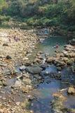 Τοπικοί άνθρωποι που λούζουν και που πλένουν τα ενδύματα στο Νεπάλ Στοκ Φωτογραφία
