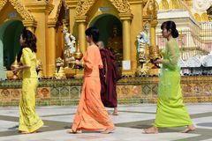Τοπικοί άνθρωποι που προσεύχονται στην παγόδα Shwedagon Στοκ Φωτογραφία