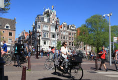 Τοπικοί άνθρωποι στο ποδήλατο στο ιστορικό κέντρο στο Άμστερνταμ, το Ν Στοκ φωτογραφία με δικαίωμα ελεύθερης χρήσης