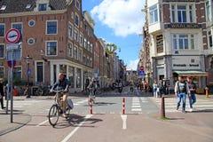 Τοπικοί άνθρωποι στο ποδήλατο στο ιστορικό κέντρο στο Άμστερνταμ Στοκ εικόνες με δικαίωμα ελεύθερης χρήσης