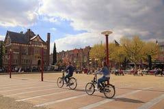 Τοπικοί άνθρωποι στο ποδήλατο στο ιστορικό κέντρο στο Άμστερνταμ Στοκ εικόνα με δικαίωμα ελεύθερης χρήσης