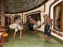 Τοπικοί εκθέτες χορού στην Τανζανία, μια αυθεντική ρύθμιση Στοκ φωτογραφία με δικαίωμα ελεύθερης χρήσης
