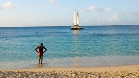 Τοπικός εξετάζει τη βάρκα στις Καραϊβικές Θάλασσες Στοκ φωτογραφία με δικαίωμα ελεύθερης χρήσης