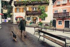 Τοπικός πολίτης στη πλατεία της πόλης σε Hallstatt, Αυστρία στοκ φωτογραφίες με δικαίωμα ελεύθερης χρήσης